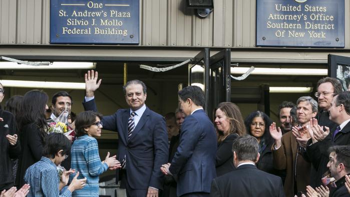New Yorks statsanklager, Preet Bharara, vinker farvel til sine ansatte efter at være blevet fyret for at nægte at sige op.