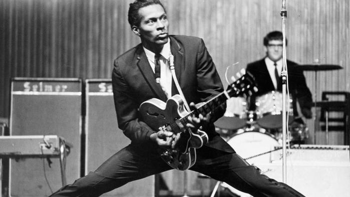 En kæmpe, en genrebygger, en grænseoverskrider har forladt os. Chuck Berry er død, 90 år gammel. Han inkarnerede rock'n'roll i hver en frase, hvert et hoftestød og ræveblik.