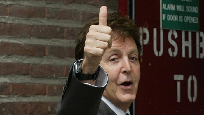 Den engelske journalist Philip Norman har skrevet en ordentlig moppedreng om Paul McCartney, der loyalt refererer dennes liv og karriere uden at gøre et seriøst forsøg på at trænge ind i hans psyke endsige musikalske univers
