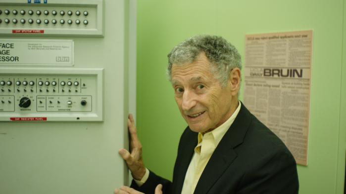 En af arkitekterne bag det første internet, ARPANET, dr. Leonard Kleinrock, viser rundt i rummet, hvor det hele foregik i Werner Herzogs nye film, 'Lo and Behold'.Foto: Fra filmen