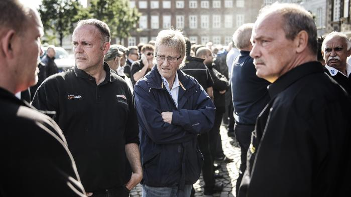 Taxachauffører og sympatisørerdemonstrede i september 2015 på Christiansborg Slotsplads imod taxatjenesten Uber. Tirsdag meddelte Uber, at de lukker i Danmark. Årsagen er den nye taxalov, som blandt andet betyder, at det er lovpligtigt at køre med sædefølere og taxameter.