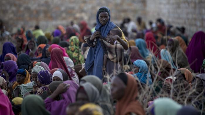 En somalisk kvinde holder om sit barn i lejren Balanbaalis i Somalia den 27. marts i år. Landet er en del af den region, der er truet af den værste humanitære katastrofe, FN har oplevet.