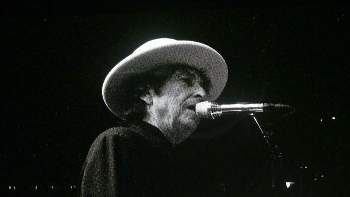 »Hvis jeg lytter med lukkede øjne, føles det, som om jeg er tilbage på Christianshavn, og rørradioen står og spiller lavt i baggrunden, mens min mor og far forelskede kysser hinanden«, skriver Informations anmelder om Bob Dylands tredobbelte udgivelse 'Triplicate'