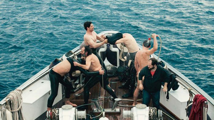Sekstetten i 'Chevalier'svælger i luksus og voksenleg – symbolsk nok på havet i luksus uden for den græske bankerottruede stats faste landjord og barske realiteter.