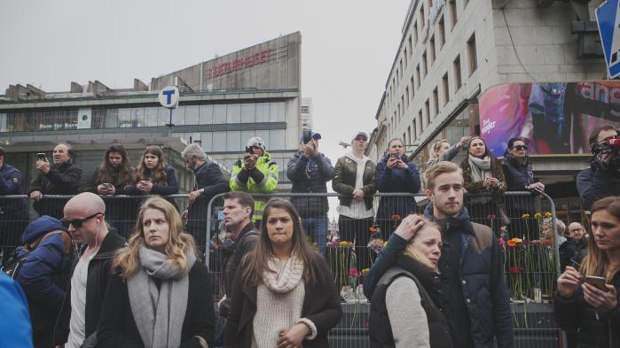 Tusindvis af svenskere tog i løbet af weekenden ind til det centrale Stockholm for at lægge blomster på pladserne og vejene i området rundt om afspærringerne ved Drottninggatan.