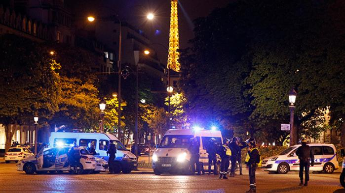 En betjent er dræbt af skud i Paris. Præsident Hollande siger, at hændelsen formentlig er terrorrelateret