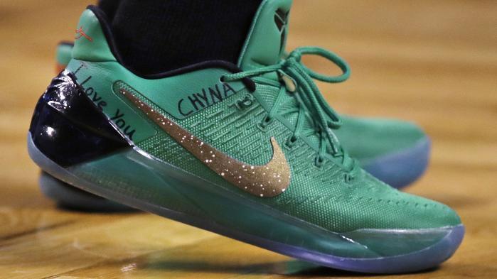 """""""I Love You Chyna"""" skrevIsaiah Thomas på sine sko forud for kampen mod Chicago Bulls."""