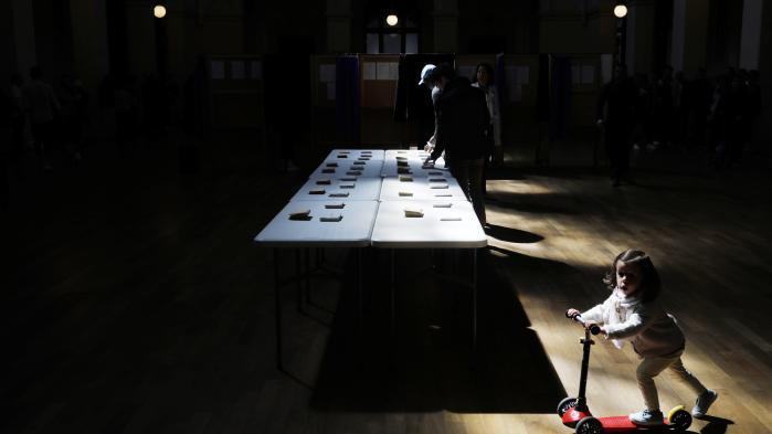 Den politiske debat forud for præsidentvalget fandt først og fremmest sted op til primærvalgene, hvorpå den forsvandt i skandaler for til sidst at smuldre helt. Her et valgsted i Lyon.