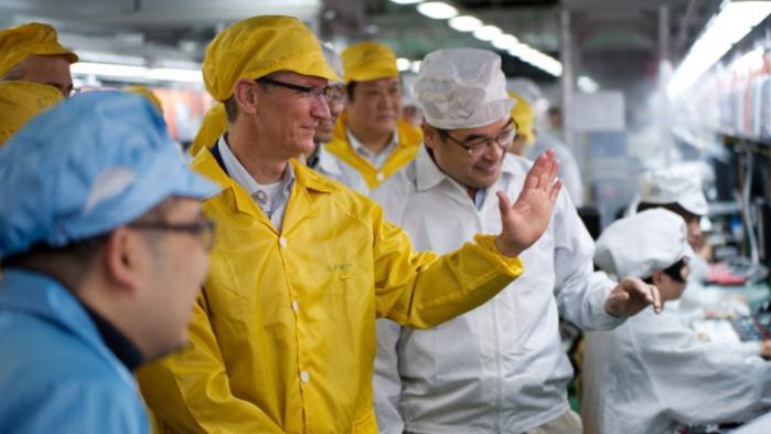 Apples topchef Tim Cook på besøg et af de steder, hvor virksomhedens produkter bliver fremstillet: Foxconn's Zhengzhou Technology Park.