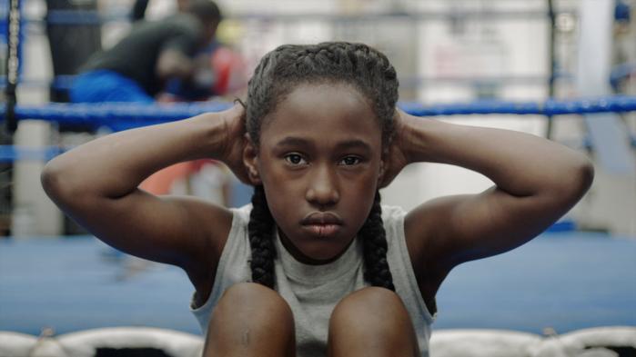Da boksetrænende Toni ser ind i dansehallen ved siden af boksehallen bliver hun fascineret af de ældre pigers dans.