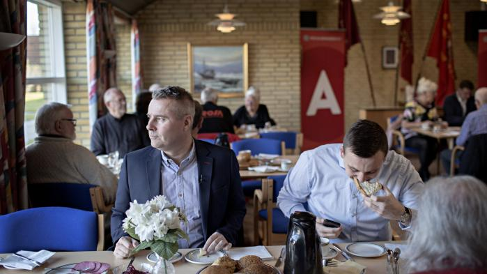 1. maj startede tidligt for Henrik Sass Larsen, der morgenen igennem blev fulgt af pressefolk. Her varmer han op inden dagens første tale for partifællerne i Skovbo partiforening i Aktivitetshuset i Borup.