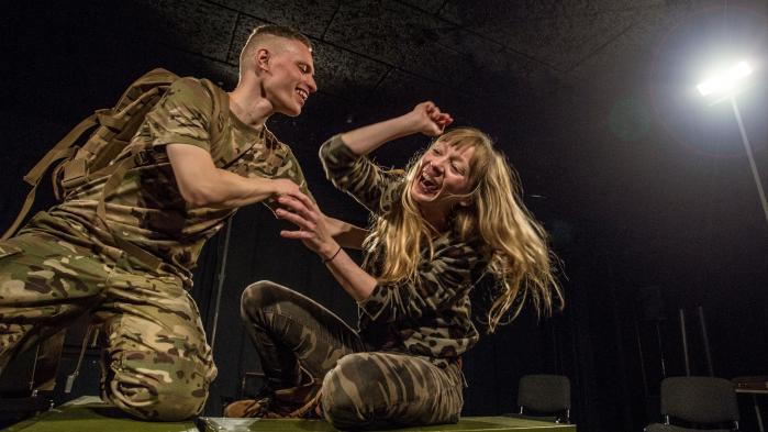Skuespillet er både rørende og overvældende i 'Soldaten' hos Teatret Fair Play. Her spiller Maria la Cour en kær og tænksom lillesøster, der ikke kan holde ud, at Mikkel Hansens rastløse storebror skal drage i krig.