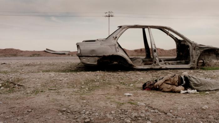 Mosul. Et billede af, hvad Jan Grarup formoder er en kriger fra Islamisk Stat. Han er bagbundet, hans sko er væk, og Grarup kalder det »brutalitet i sin reneste form«.