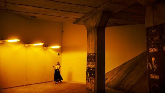 Den britiske kunstner og ikon for YouTube-generationen Mark Leckey har opført en motorvejsbro på Statens Museum for Kunst. Den står som et monument over den fortid, der hjemsøger briterne, fortæller han