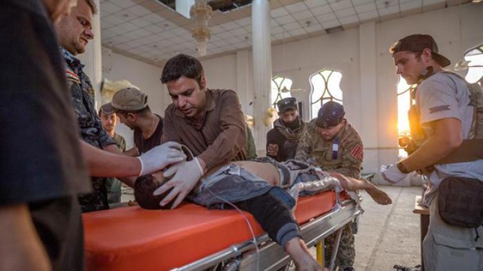 På et felthospital 800 meter fra fronten i Mosul bringes sårede civile og soldater løbende ind. Koalitionen håber på snarlig sejr, men kampene i den gamle bydel skrider kun langsomt frem. Imens stiger forarmelsen og tabstallene blandt både soldater og civile