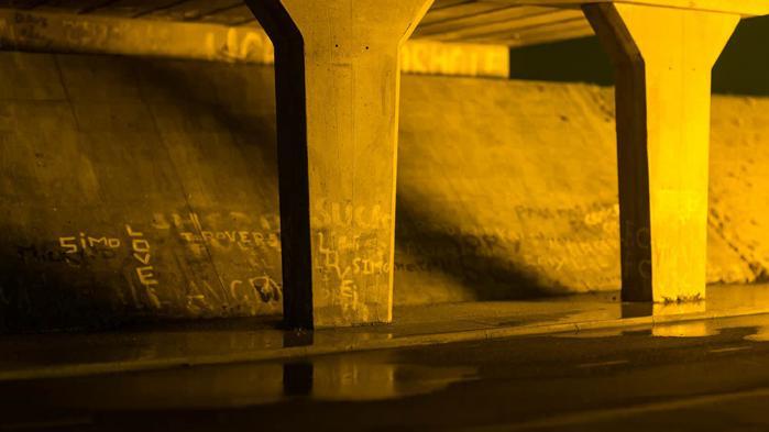 Den massive motorvejsbro, som er opført inde i x-rummet, er en replika i fuld størrelse af underafsnittet af motorvejsbroen M53 i Ellesmere Port tæt ved Liverpool, som Mark Leckey voksede op i.