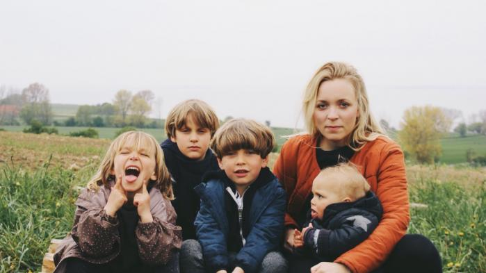 Maj My Midtgaard Humaidan med sine fire børn på Ærø. Fotograferet af ægtefællen Kristian Humaidan.