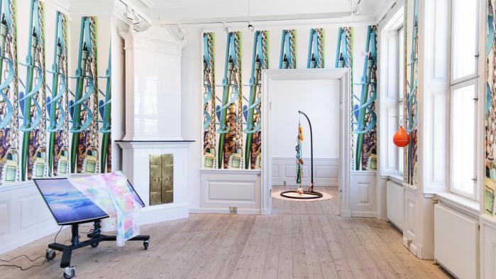 Den unge billedkunstner Maiken Bent har omskabt Gl. Holtegaard i en feberfantasi af et skulpturelt orgie, der nyfortolker og opdaterer barokkens legesyge