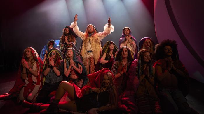 På Aalborg Teater folder hippierne hænderne under deres langhårede parykker, mens deres syretrip varer i det uendelige. Men nogen politisk fortolkning af Hair er det ikke til at få øje på i denne pacifismemusical.