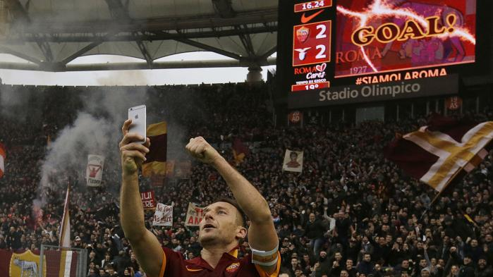Totti fejrer sin udligning i lokalopgøret mod Lazio i 2015 med en selfie under Curva Sud.