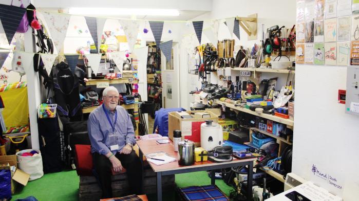 Douglas er en af de frivillige i butikken Share, et bibliotek af ting. 'Vi har over 1.000 forskellige ting, som kan lejes til en pris af et-fem pund for en uge,' fortæller han.