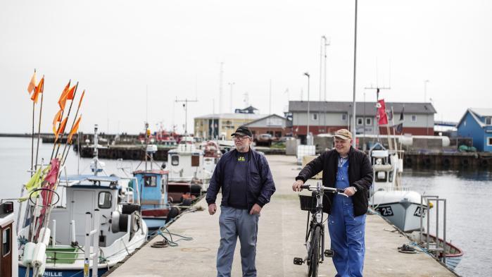 De to fiskere Palle Sørensen og Erling Seistrup på Grenå Havn er – ud over forureningen – bekymret for den vilde fiskebestand, hvis der bliver opført en række havbrug omkring Djursland.