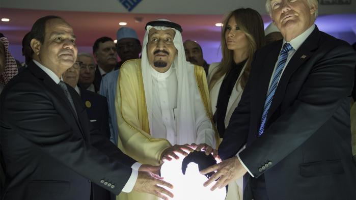 Det ligner den scene fra en superheltefilm, hvor de tre superskurke efter lang tids intern krig endelig har erkendt, at de kun kan vinde verdensherredømmet, hvis de kombinerer deres onde kræfter. Donald Trump, den egyptiske militærdiktator Abdel Fattah al-Sisi og Saudi-Arabiens diktator Kong Salman bin Abdulaziz al-Saud har symbolsk placeret hænderne på en lysende globus