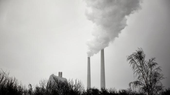 Selv om der i Danmark er en politisk målsætning om at blive fri af fossile brændsler – kul, olie og gas – senest i 2050, ønsker ingen af de største politiske partier at stoppe for olie- og gasproduktionen i den danske del af Nordsøen. Der fortsættes til sidste dråbe