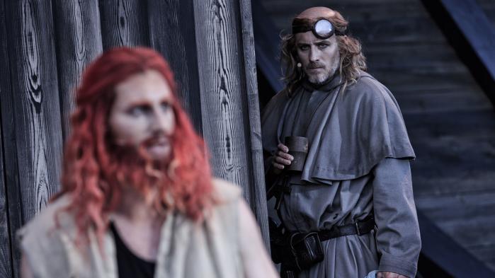 Andreas Jebro brager igennem som vikingehelten i Røde Orm. Men forestillingen på Moesgaard ændrer hverken historieskrivningen eller nutiden.