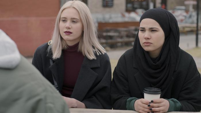 Det trækker op til drama i sjette afsnit af 'Skam', hvor Sana har trukket sig fra russebussens cremefarvede helvede