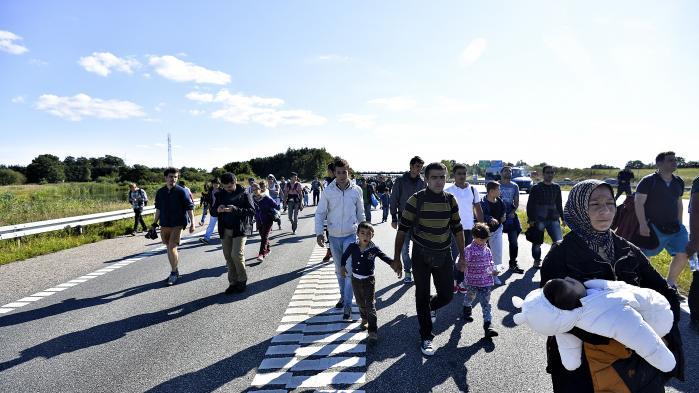 Flygtningestrømmen i 2015 betød, at politikerne besluttede, at en stor del af udviklingsbistanden fremadrettet bruges inden for Danmarks egne grænser på nyankomne asylansøgere. Men der kom færre til Danmark end forventet, så der var 411 millioner tilbage på kontoen i slutningen af 2016. Oppositionen ville tirsdag have svar på, hvorfor de penge ikke er kommet verdens fattigste til gode: 'Det skal ikke være regnskabstekniske ting, der gør, at de svageste mennesker i verden ikke får gavn af de her penge. Det kan man gøre, hvis man har vilje til det,' sagde Andreas Steenberg (R), der ligesom resten af de spørgende på samrådet ville vide, hvorfor man ikke har overført dem til reel udviklingsbistand.