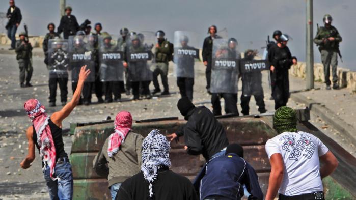 Palæstinensiske demonstranter kaster sten mod israelsk militær i Jerusalem. Ifølge Göran Rosenberg er den israelske stat meget langt fra at være den stat, man drømte om at skabe.