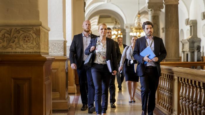 Dagen efter samrådet med Inger Støjberg skriver ministerens særlige rådgiver Mark Thorsen (th.) på Twitter, at »intentionen ifølge ombudsmand ikke var ulovlig administration«, hvilket er en fordrejning af ombudsmandens ord.