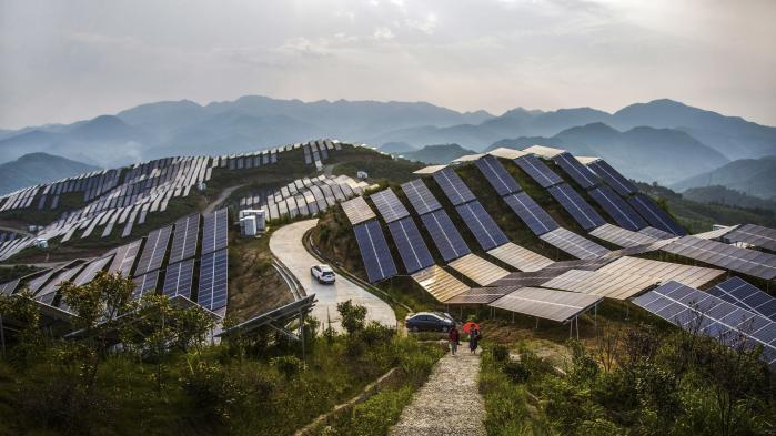 Kina er den nation, der investerer mest i vedvarende energi – i 2016 stod man alene for en tredjedel af de globale investeringer på områder. Kina er nummer ét med hensyn til både ny elkapacitet i sol og vind og samlet elproduktion fra sol og vind. På billedet ses en af Kinas mange solcelleparker, denne ligger i den kinesisk Fujian-provins i det sydøstlige Kina.