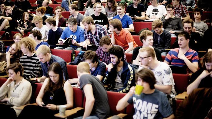 Nedskæringer rammer de yngre generationer af forskere særligt hårdt: 'Bekymringen er, om de når at få et fodfæste. Mange af os andre har jo nydt godt af at få en lille ekstern bevilling, som man selv var ansvarlig for, og som var med til at skabe ens forskningskarriere, men det er blevet langt sværere i dag, fordi så mange forskningsmidler er bundet op på store projekter,' siger formanden for Danske Universiteter, Anders Bjarklev.