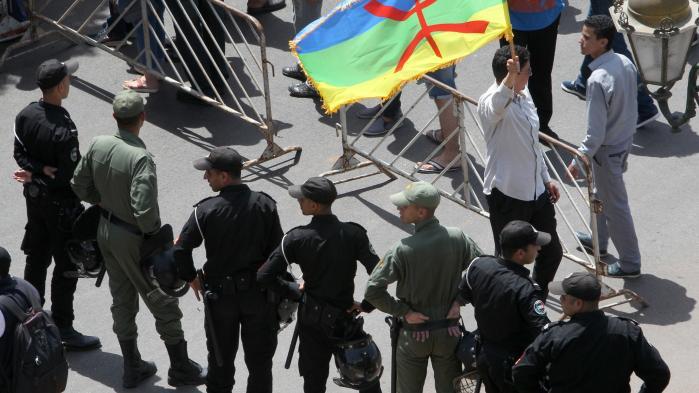 Protest i søndags i den marokkanske by Rabat mod styrets korruption og magtmisbrug. Nu kan Information afsløre, at Danmark har givet tilladelse til at sælge overvågningsteknologi, der kan hjælpe styret med at holde øje med kritikere af regimet.