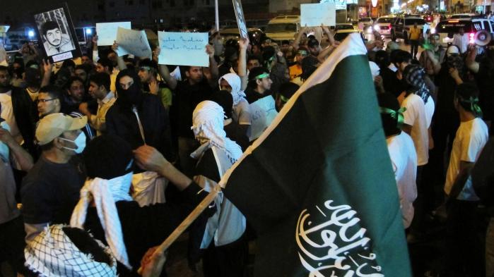 Saudier bærer portrætter af uidentificerede fængslede under en demonstration i Qatif i Saudi Arabien. I dag kan Information afsløre, at Danmark har givet et dansk-britisk firma tilladelse til at eksportere overvågningsteknologi til Saudi-Arabien, hvor styret efter alt at dømme vil bruge det mod sine kritikere