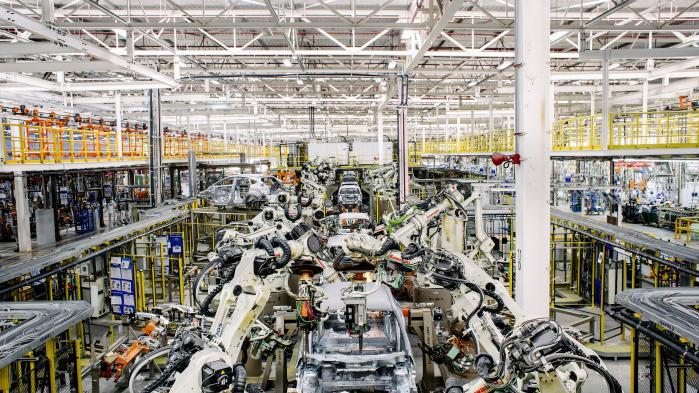 Robotter har eksisteret på bilfabrikkerne siden 90'erne og har medført produktivitetsforbedringer, men de vil ikke føre til en fjerde revolution,mener den fremtrædende økonom Robert J. Gordon. På billedet ses en Ford-fabrik i Japan, som bruger robotter til at samle bilerne