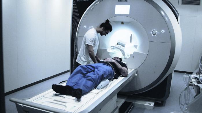 I DR-dokumentaren 'Vold på hjernen' får 28-årige Jacob, der har fået sin syvende dom for vold, underøgt sin hjerne som en del af et opsigtsvækkende forskningsprojekt. Her konkluderer forskerne, at hans udfordring med at styre sit temperament skyldes en kemisk ubalance i hjernen.
