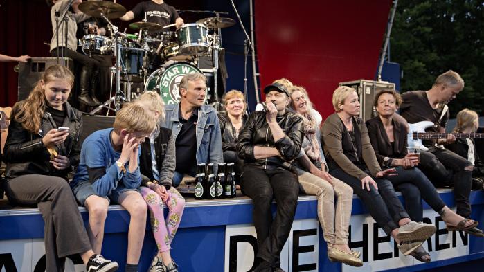 Die Herren på Bakken i nærkontakt med deres fans. Det er sådan, det danske coverband – og fansene – kan lide det.