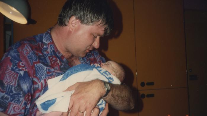 Kl. 5:51. Min far holder min lillesøster for første gang. På fødestuen dropper de det navn, de har brugt ni måneder på at finde, og beslutter i stedet at kalde hende Emilie Mencke – efter EM.