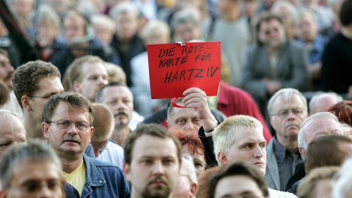 Socialdemokraternes og hele venstrefløjens situation er »yderst dramatisk«, og de skyldes især splittelsen af SPD i kølvandet på Gerhard Schröders Hartz-reformer i starten af årtusindet, som i åben konflikt med fagforeningerne liberaliserede det tyske arbejdsmarked. Det mener den tyske politolog og forfatter Albrecht von Lucke