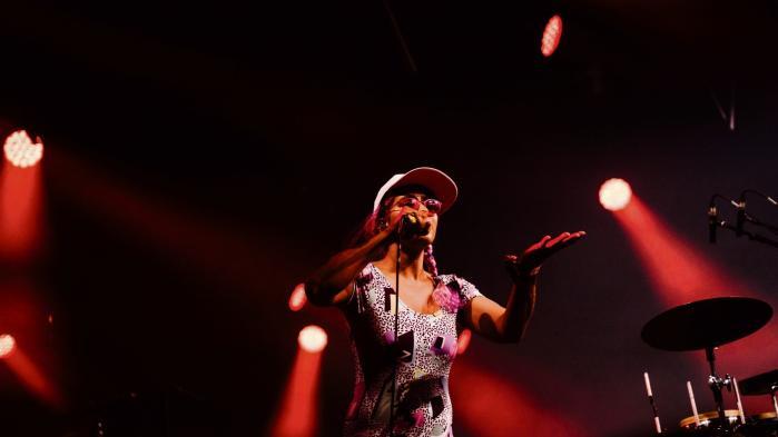 Den indisk-amerikanske rapper og aktivist Madame Gandhi optrådte onsdag aften på Roskilde Festival. Hun begyndte sin musikalske karriere som trommeslager for kunstneren M.I.A.