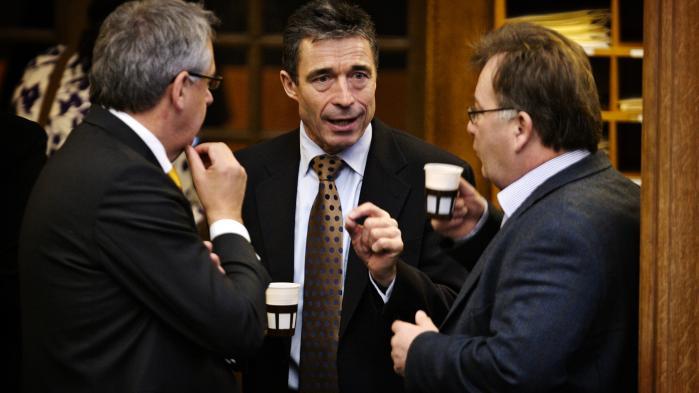 Anders Fogh Rasmussen flankeret af nuværende forsvarsministerClaus Hjort (t.h.) og partifællen Hans Christian Schmidt (t.v.) under Folketingets åbningsdebat i 2007. (Arkivfoto)