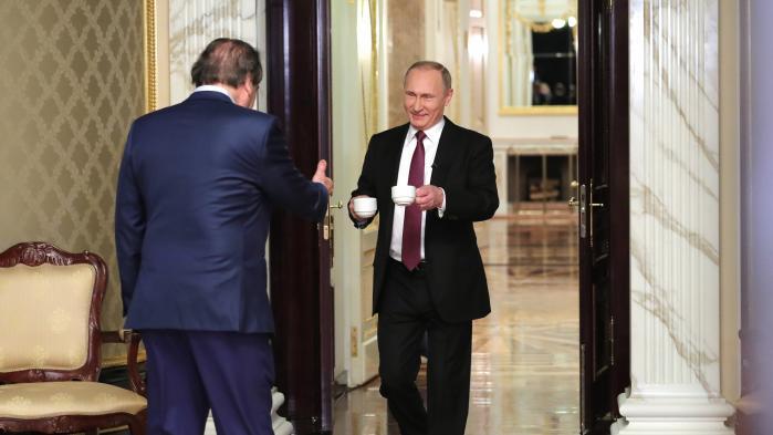 Filmmager Oliver Stone beskyldes efter 'The Putin Interviews' for at være mikrofonholder for Ruslands præsident. Men hvordan interviewer man enevældige herskere uden samtidig at legitimere deres regimer? Information har talt med tre danske journalister, der har været helt tæt på hver deres diktator.