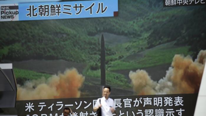 En TV-skærm i Tokyo, Japanviser billederne af, hvad der angiveligt er testaffyringen af et interkontinentalt missil 4. juli 2017.
