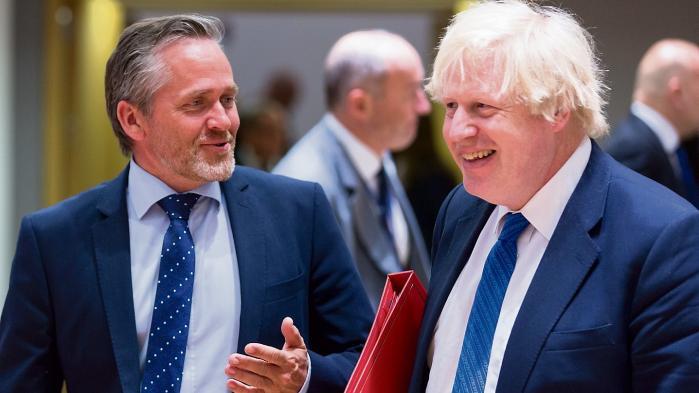 Udenrigsminister Anders Samuelsen er ikke så bekymret for et EU i flere hastigheder. Vi skal bare holde os tæt til dem, vi klassisk samarbejder med. Også briterne. Her taler han med briternes udenrigsminister Boris Johnson.