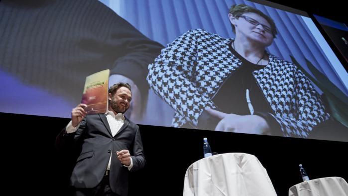 Socialdemokratiet har udformet et nyt principprogram, og det har Radio24syv givet Dan Jørgensen 10 timer live i radioen til at diskutere og formidle. Det  er i orden på grund af partiets historiske betydning, siger radiostationens ansvarshavende chefredaktør. Men det samme ville ikke kunne lade sig gøre med f.eks. Enhedslisten