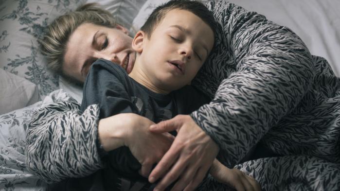 36-årige Christel Henriksen fik sin dreng igen, da hun gav ham medicinsk cannabis mod hans epilepsi. Men hun er nødt til at indføre det middel, som hun ved kan hjælpe hendes søn, ulovligt fra USA. Den risiko vil hun gerne løbe, når hun ser resultaterne fra det seneste års tid, siger hun.