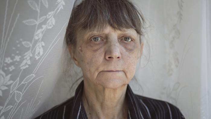 Mandag skal 63-årige Vladimira Kristensen til endnu et møde på jobcentret på Lærkevej i København. Hun har fået afslag på sit ønske om at afholde mødet hjemme hos sig selv. I stedet får hun en grå briks at ligge på i mødelokalet. Adskillige sygdomme og en brækket ryg for 20 år siden gør, at hun ikke kan holde til at sidde under mødet.